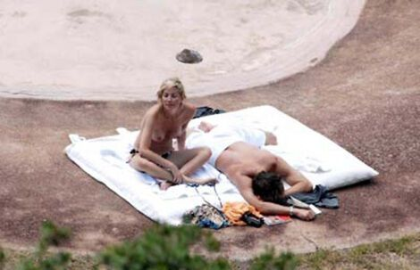Голую Шерон Стоун залапали на пляже. ФОТО