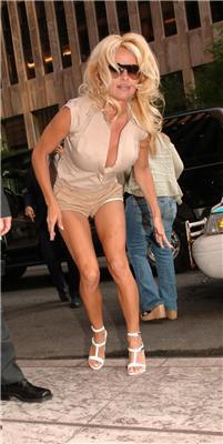 Оп-па. Памела Андерсон нахиляється зав'язати туфельку. ФОТО