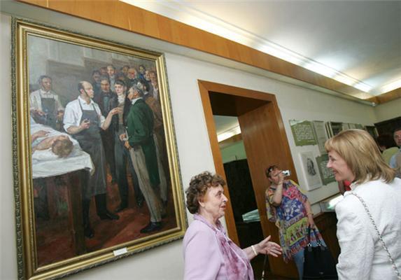 Жена Президента осматривает труп. Фоторепортаж