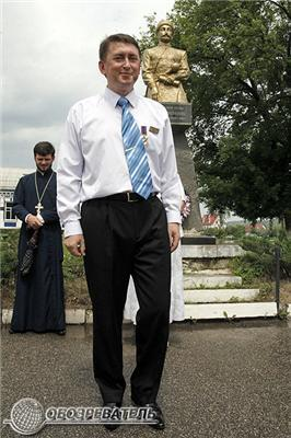 Майор Мельниченко командував парадом і збирав квіти. ФОТО