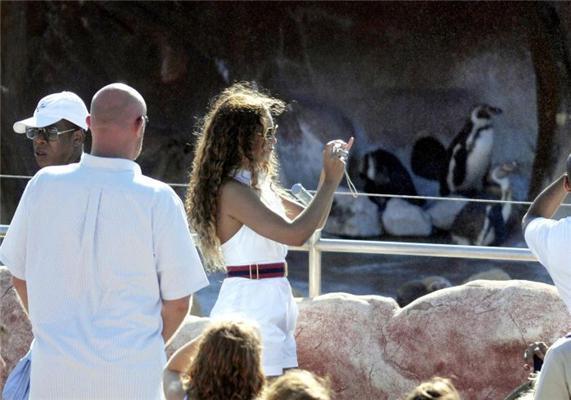 Бейонс Ноулз поймали в зоопарке в интересном платье. ФОТО