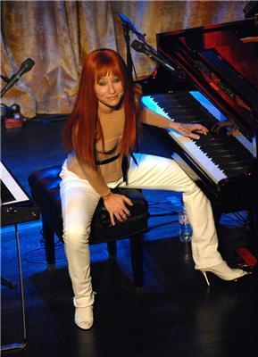 Торі Амос обписати на сцені просто біля рояля. ФОТО
