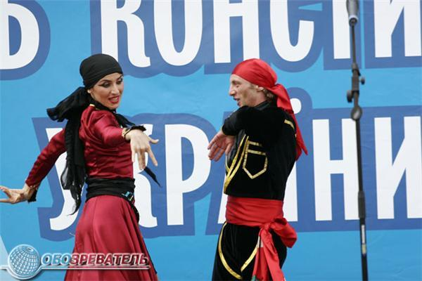 Ющенко розкладає квіти, а на Майдані слухають оперу. Фото