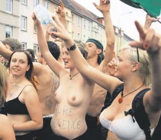 Немецкая молодежь устроила голый протест накануне встречи G8
