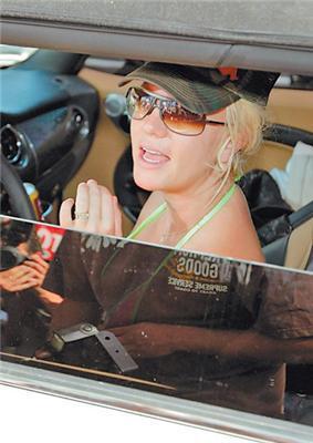 Бритни Спирс носит матерщинное кольцо (ФОТО)