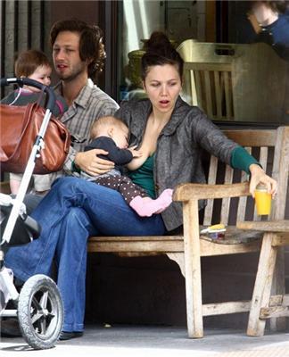Відома актриса годує дитину грудьми посеред міста. ФОТО