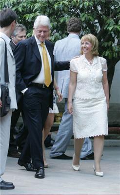 Президент на зустрічі нишпорив по кишенях. Чужим. ФОТО