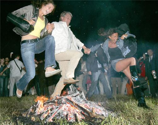 Ющенко с девочками сигает через костер. ФОТО