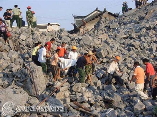 У Китаї обвалився міст. 65 людей зникли безвісти. ФОТО