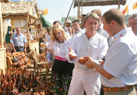 Богатирьова обіймалася з Ющенко в Сорочинцях. Фоторепортаж
