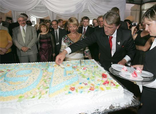 У День незалежності Президент пригощав усіх тортом