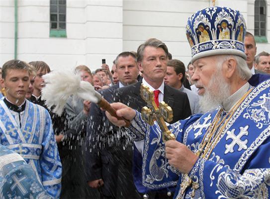 Ющенко на свято у Лаврі окропили святою водою