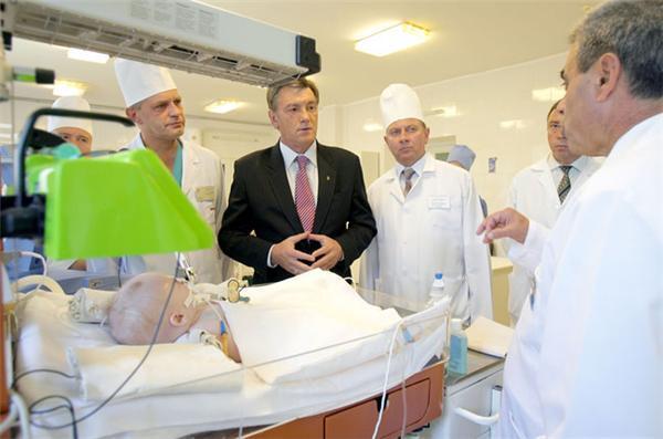 В Днепропетровске Ющенко ходил по больницам и раздавал авто