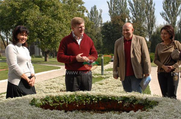 Ахметову подарили стадион цветов. ФОТО