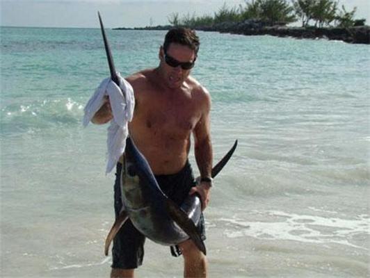 Риболовля голими руками. Риба-меч впіймалася в плавки