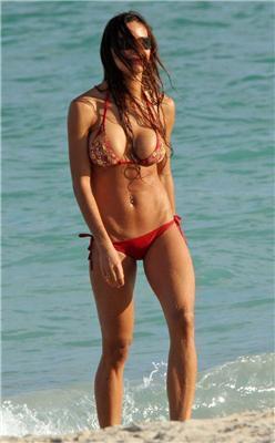 Хорватка Ніна Морічі (Nina Moric) в бікіні на пляжі