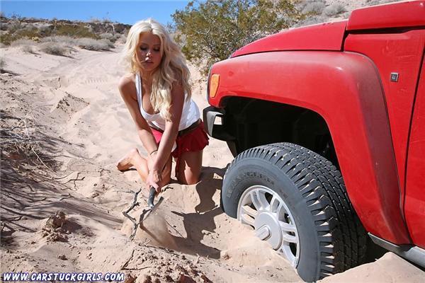 Чоловіки знають: коли застрягла дівчина - допомогти їй складно ...