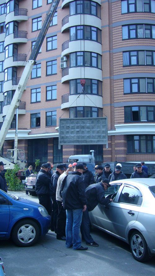 На Печерске люди в черном избили девушку