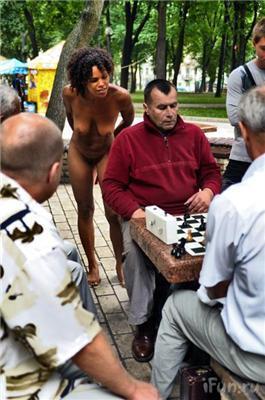 Приключения голой американки в Киеве.ФОТО в ЦУМе и в Универе
