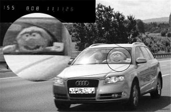 Британець розігрує копів, саджаючи в праворульную Audi ляльку