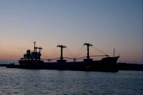 Сомалийские пираты захватили судно с 21 моряком