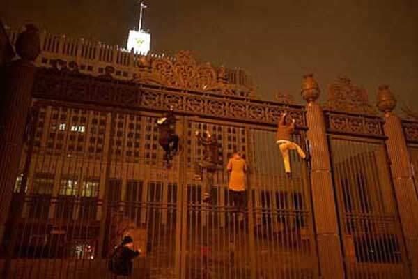 В Москве анархисты штурмовали Белый дом