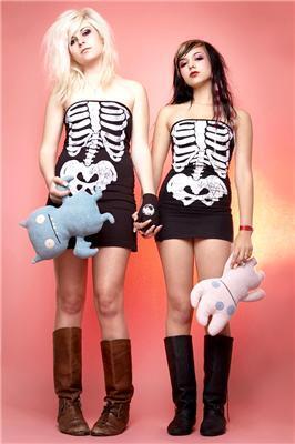 Він знімає в костюмах скелетів і медсестер. Фотограф Cherie