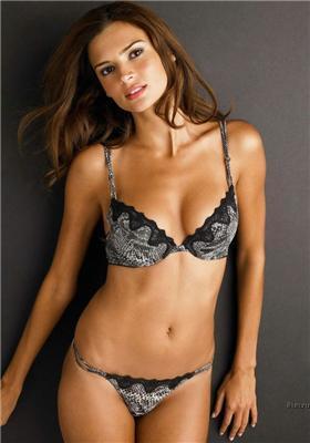 Нижнее белье на красивой девушке. Какая фактура ткани...