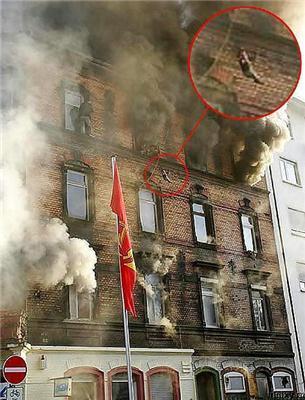 Драма в Німеччині. Викинути дитини з вікна і згоріти заживо