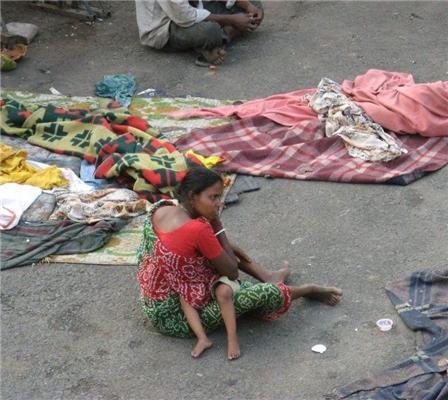 Жесть дня! Злидні в Індії. Прання на смітнику і собаки