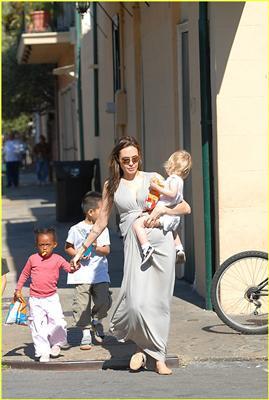 Вагітна Анджеліна Джолі і всі її діточки