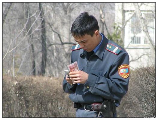 Позитив дня. Пьяная милиционерша и козлихи на деревьях