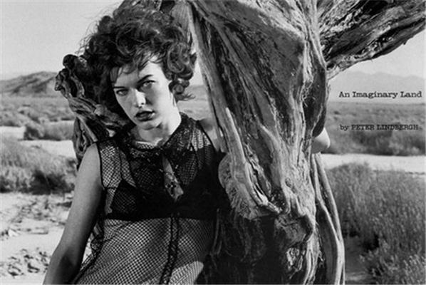 Мілла Йовович в пустині з доберманом