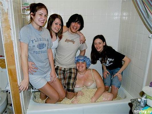 Позитив дня. Два качанчика блондинки и пятеро в ванной