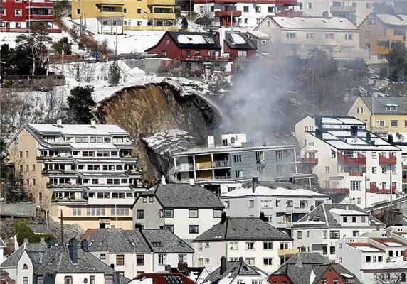 Нічний зсув. Брила скелі поховала під собою житловий будинок