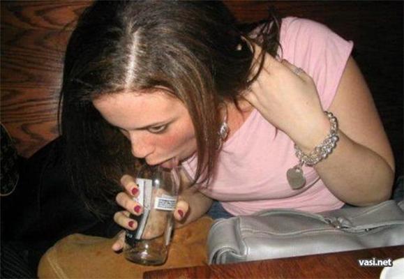 Пихает в вагину бутылочку пива и отсасывает  288518