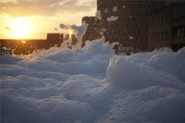 Пінисте цунамі в центрі міста. Жертви прагнуть в пучину