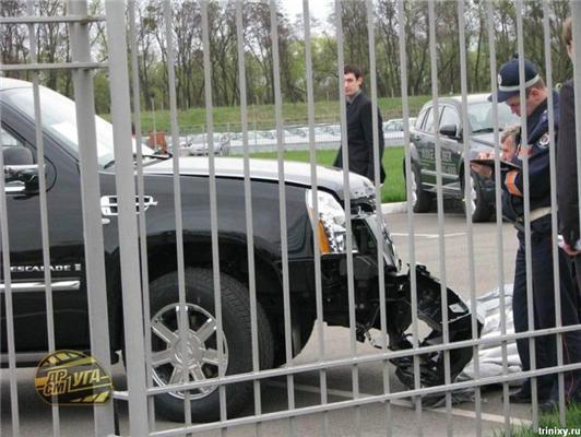 Краш-тест об стовп нового Кадилака прямо в автосалоні