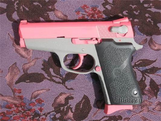 Оружие для женского батальона блондинок. Даже пули розовые