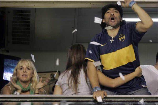 Марадона устроил стриптиз прямо на трибуне