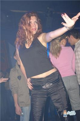 Девчонки тусят в нічних клубах. Знайдіть свою знайому