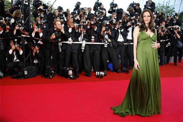 Анжелина Джоли съела арбуз. Не разрезая!
