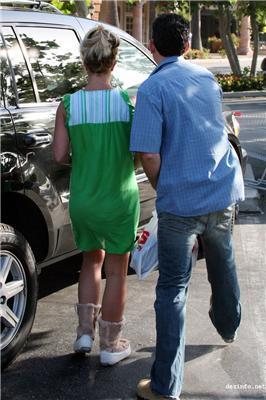 Сколько мы не писали,Бритни так и не научилась одевать белье