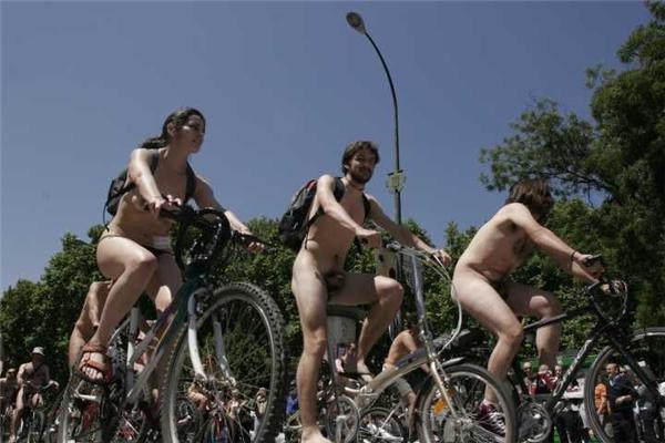 Голые велосипедисты, встречайте на улице