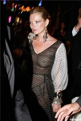 Кейт Мосс в прозорій сукні. І не соромно при дитині