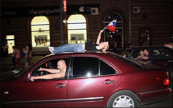 П'яні і голі. Як Росія святкувала розгром Голландії