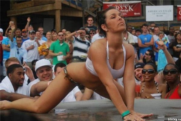Чоловікам - дівок, жінкам - купальники. Конкурс маечек