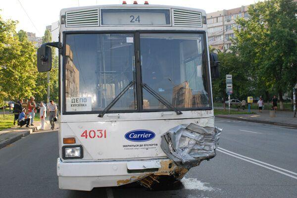 ДТП: легковушка влетела в троллейбус, два трупа
