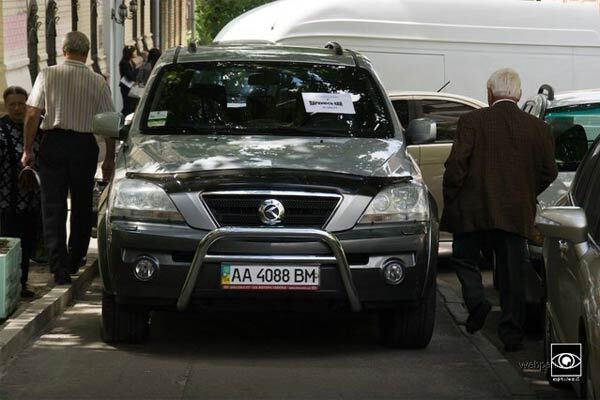 У Києві водіїв відучують паркуватися на тротуарах!