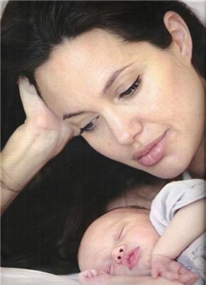 Перші фото новонародженої дочки Джолі і Пітта